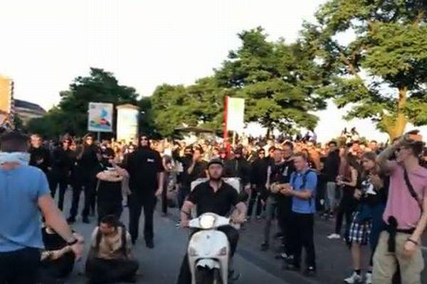 G20で緊迫したデモの現場にピザ配達のバイクが登場、警察の規制ラインを素通り
