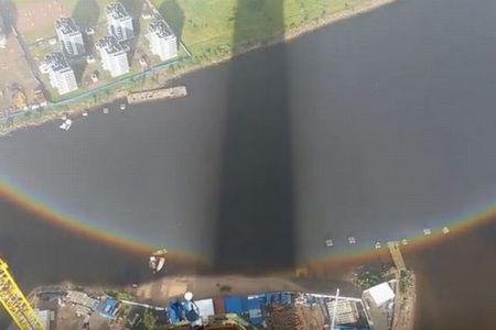 360度の完全な円を描く美しい虹が、高層ビルの建設現場に出現【動画】