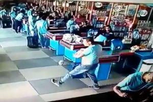 リフティングで商品の落下を防いだ、ブラジル人店員の足技が見事