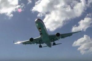 旅客機のジェット噴射に吹き飛ばされ女性が死亡、事故の現場とは?【動画】