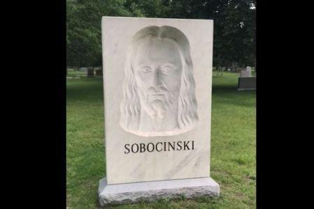 脳の錯覚か?左右に移動しても顔を向けているように見えるキリスト像がユニーク