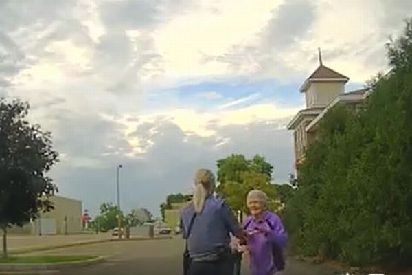 1人でダンスしていたおばあちゃんのため、警察官が一緒に踊る動画が話題に