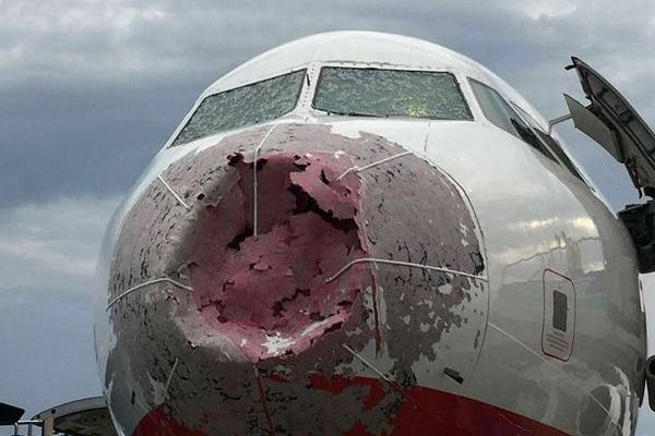 無数の雹がコックピットの窓を粉砕、視界ゼロでも機長が着陸を成功させる