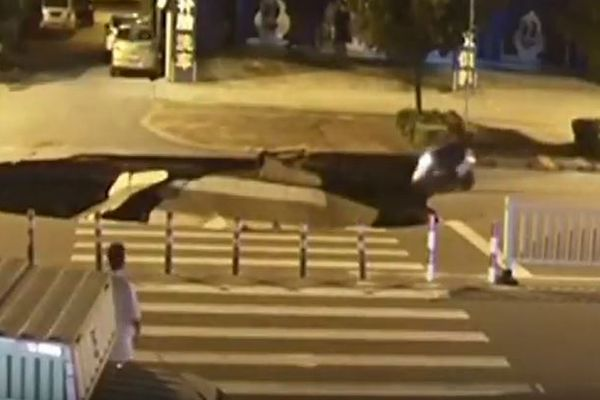 「ながらスマホ」でバイクを運転していた男性、陥没した道路に気づかず転落