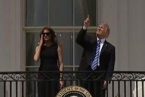 「見ないで!」皆既日食を裸眼で見ようとしたトランプ大統領、側近から注意される
