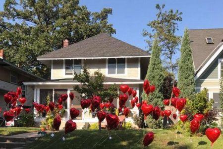 乳ガン末期の女性の庭に無数の風船が…彼女を励ます隣人の気持ちが暖かい