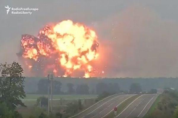 破壊工作か?ウクライナにある弾薬庫が大爆発、繰り返し炎をあげる動画が恐ろしい