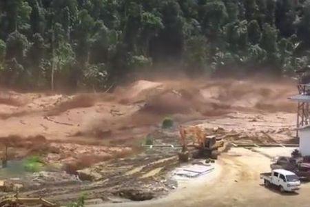 ラオスでダムの貯水池が決壊、暴れまわる激流に車も飲み込まれていく