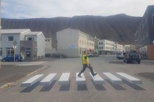 ドライバーも思わず減速、アイスランドに登場した3D横断歩道がユニーク
