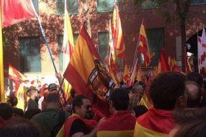 カタルーニャの「反独立」を唱えるデモに数十万人が参加、スペインの統一を呼びかける