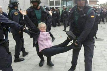 カタルーニャでの独立を問う住民投票、警官隊が住民に暴力を振るい流血の事態に