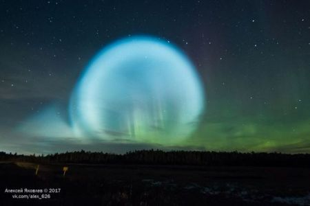 シベリア上空に異様な虹色の球が出現、ミサイル実験とオーロラの融合か