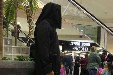 ISISのテロリスト風の衣装を着た男性のせいで、ハロウィーン会場がパニックに