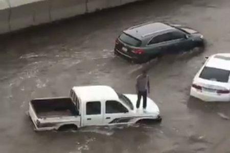 これがサウジアラビア?大雨で胸の高さまで道路が冠水し、住民も大混乱