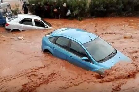 ギリシャで大規模な洪水が発生、赤い濁流に多くの車が飲み込まれていく【動画】