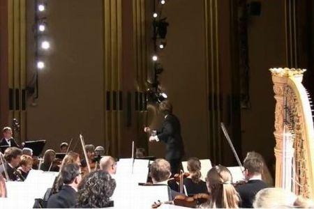 クラッシック・コンサートでハプニング、女性が演奏に驚き声を上げ、会場爆笑