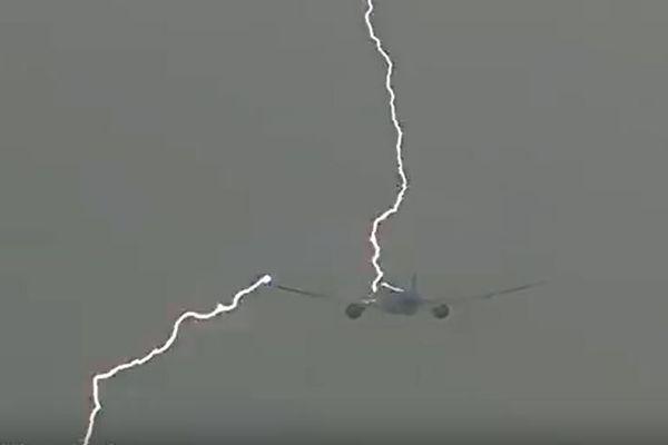 離陸直後の旅客機に落雷!稲妻が走る瞬間を捉えた映像が恐ろしい