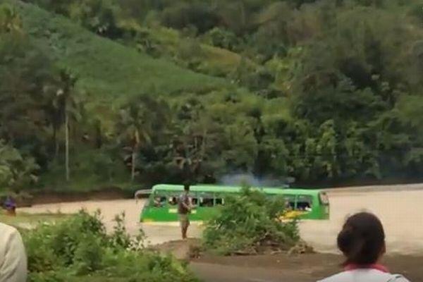 子供を乗せたスクールバスが近道のため川へ突入、比のドライバーが無謀すぎる
