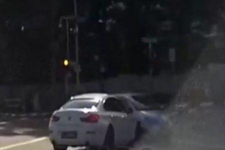 突然現れた得体の知れない車!交差点で接触事故を起こす映像がなんとも不気味