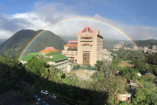 世界記録更新か?台湾で8時間以上も輝き続けた虹が観測される