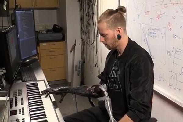 まるでスターウォーズの世界、ピアノが弾ける新たな義手が開発される