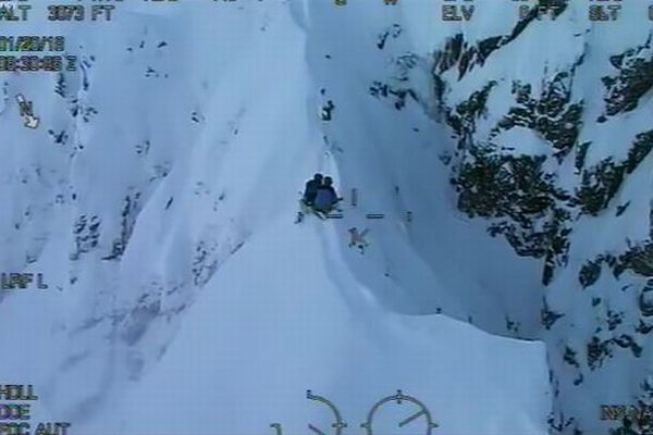 シェルターもない崖の上で、一晩中風雪に晒された2人の遭難者が救助される