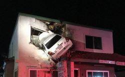 なぜこうなった?2階部分に車が突き刺さるという信じられない事故が発生