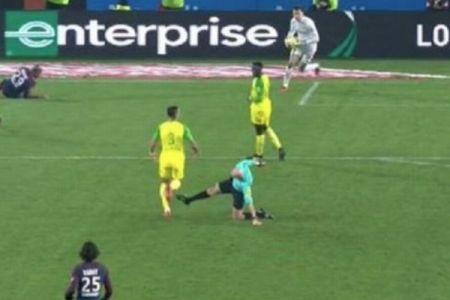フランスのサッカーリーグで主審が選手の足をキック、その後正式に謝罪