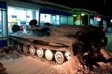 露で男が軍用装甲車を盗みスーパーに激突、店内から酒を盗み逃走するも逮捕