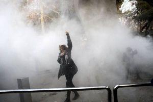 イランの反政府デモが各地で拡大、6日間で死者が21人、逮捕者が450人以上