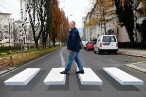 まるで浮いているよう!ドイツに初の3Dの横断歩道が登場か