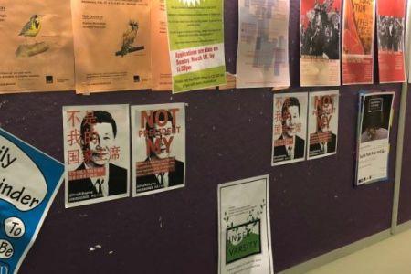 「私の国家主席じゃない」習近平氏を批判するポスター、英米の大学で見つかる