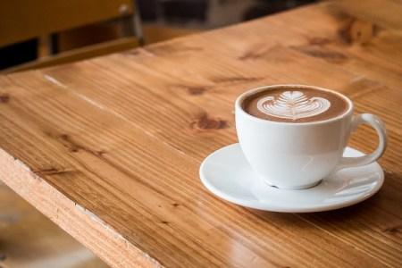 """ドイツで""""自分のコーヒーは自分で払う""""が難民の合言葉に、その理由とは"""