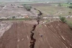 アフリカに巨大な亀裂が出現、想像を絶する規模で大地を切り裂く