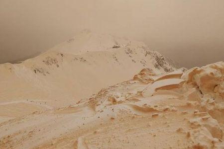 まるで火星の地表みたい!ロシアの雪山がオレンジ色に染まる現象が不思議