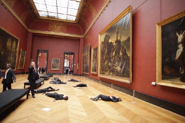 環境保護団体がルーヴル美術館の床に寝そべり抗議、その意外な理由とは?
