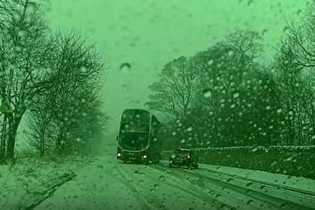 大雪に見舞われたイギリス、大型バスが間一髪で乗用車との衝突を回避【動画】