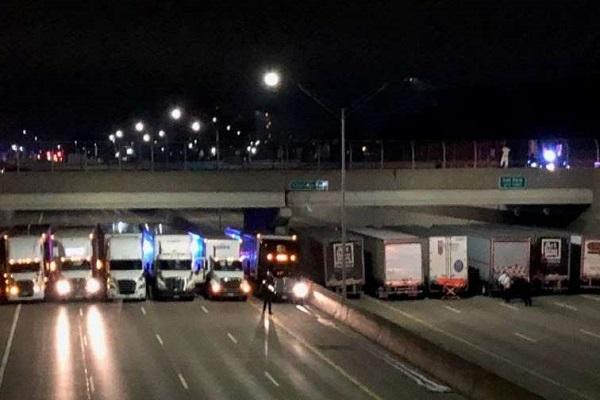 トラック13台が下の道路に集結し飛び降り自殺を阻止、ネットに称賛の声