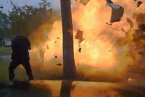 車が民家に衝突し建物が爆発、想像を絶する現場を捉えた映像が恐ろしい