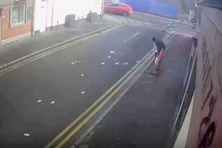 奪ったお金が風で飛ばされ、必死に回収しようとする強盗の動画が話題に