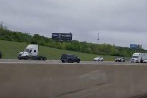 猛スピードで高速を逆走し、事故を起こす車を捉えた動画が恐ろしい