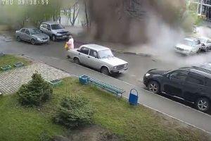 ロシアで壊れた配管から熱い湯が地上へ噴出、猛烈な勢いで高齢者に降りかかる