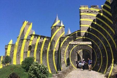あぁ、世界遺産の古代の城が!アートとして黄色く塗られた姿に地元民も愕然