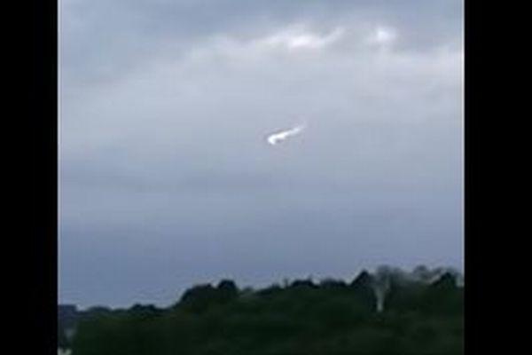 イギリス空軍基地の上空で、光りながら回転する白い物体が撮影される