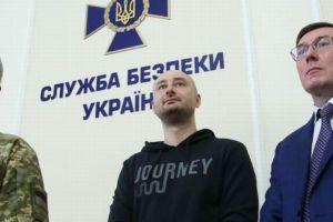 殺されたはずの反体制派のロシア人記者、会見に姿を現わし同僚らが歓喜の声