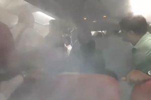 印の航空会社が降りない客に対しエアコンを全開、白い気体が充満し大混乱