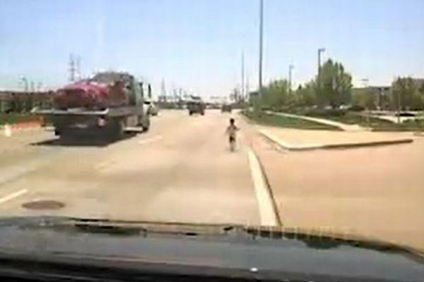 突然、交通量の多い道路に幼い子供が!素早く反応した警察官が救助に成功