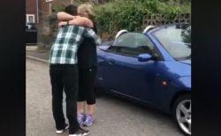 12年前、自分のため愛車を売却した母親に、息子が同型車をプレゼント
