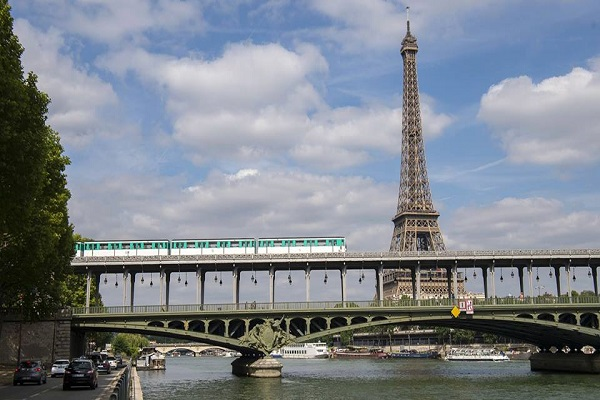 パリの地下鉄で女性が出産、赤ん坊に25歳までの無料利用権をプレゼント