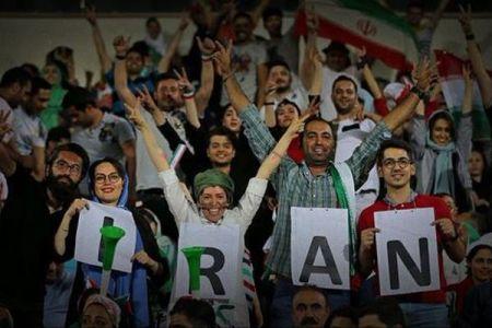 イランの女性が38年ぶりにスタジアムに入り、サッカーW杯を観戦する